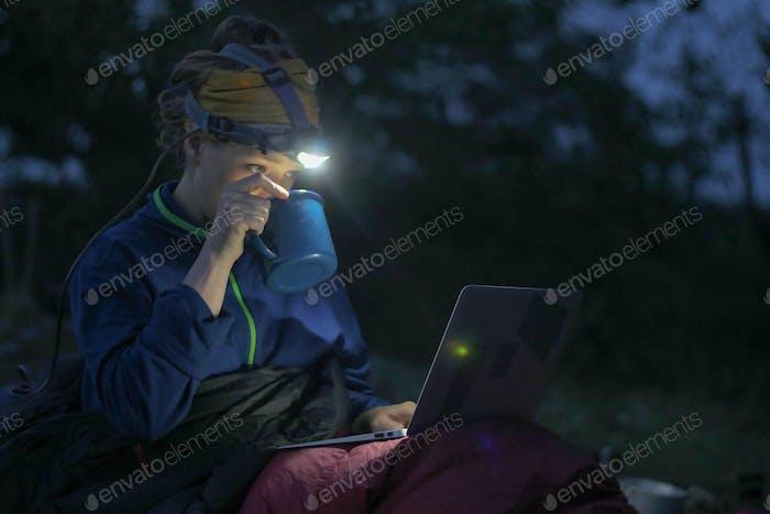 Camping Laptop in der Nacht