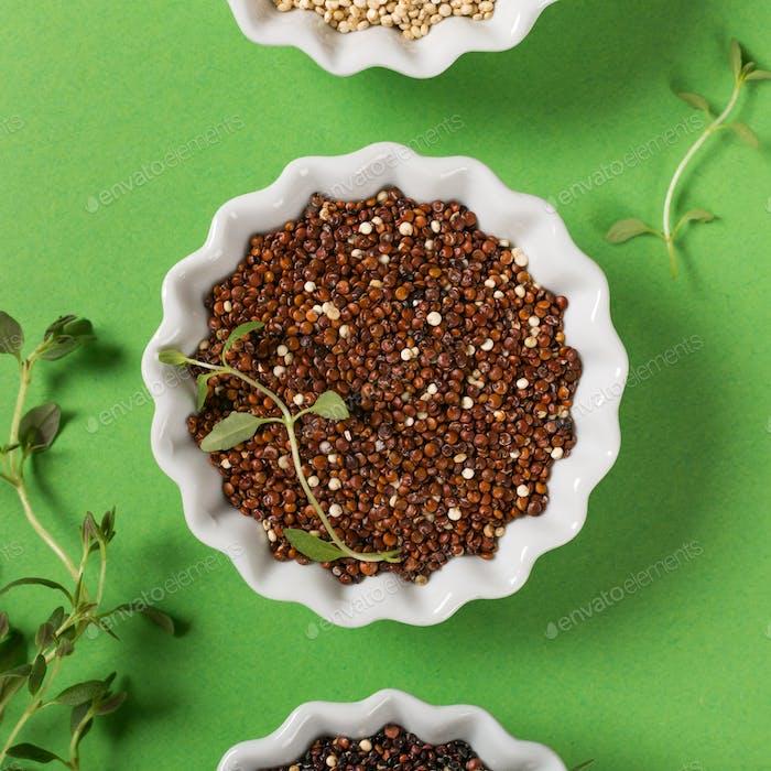 Quinoa in weißen Schalen