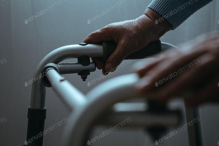 Persona que se coja de la mano en andador