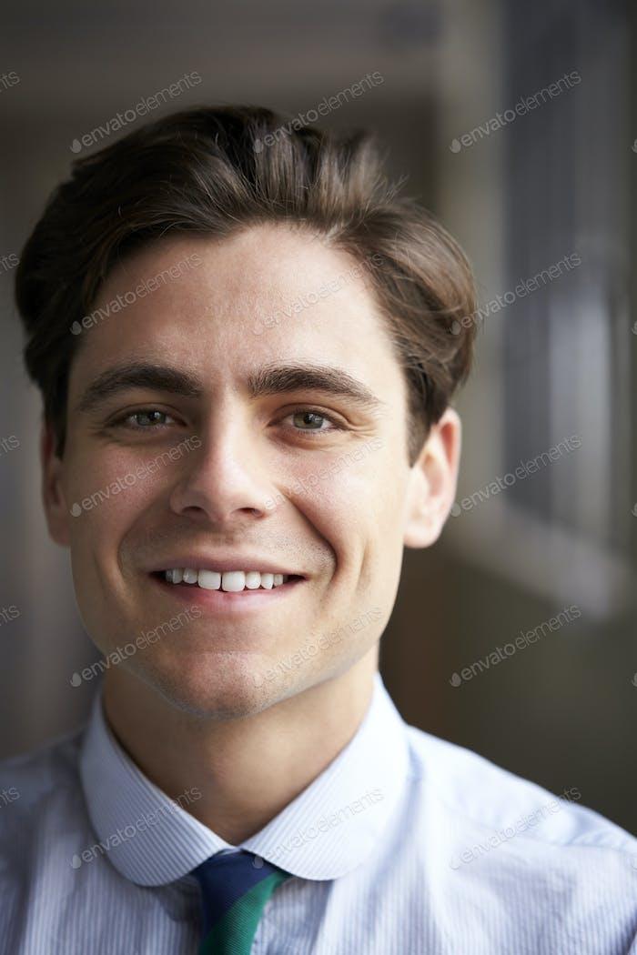 Nahaufnahme Kopf und Schultern von jungen weißen Geschäftsmann