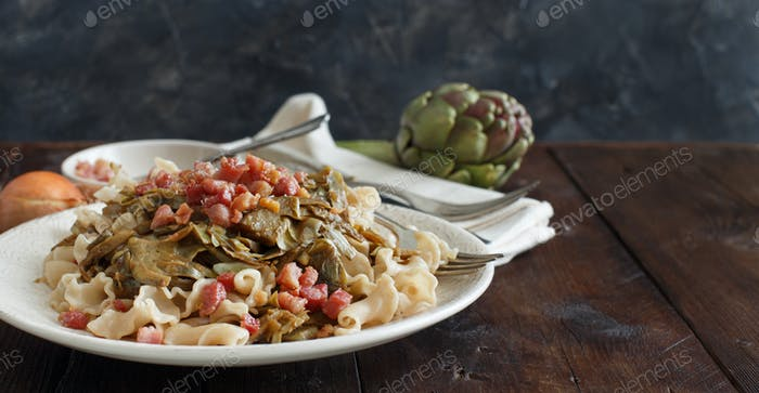 Pasta with artichokes and bacon