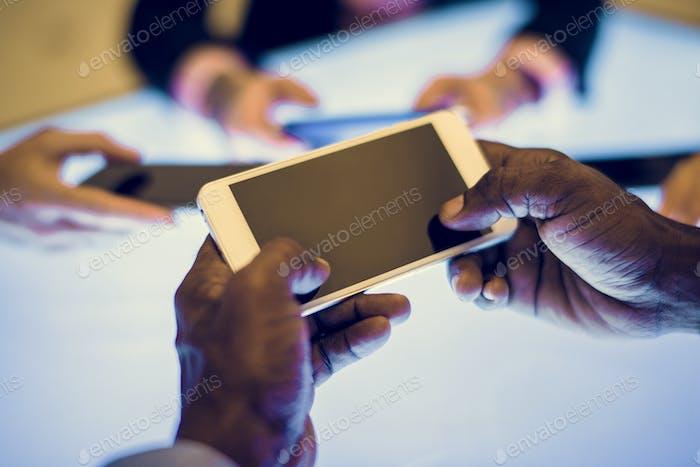 Gruppe von Händen halten mit Smartphone