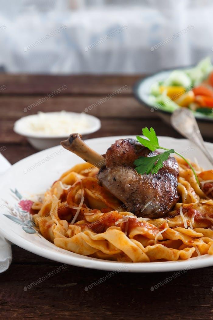 Italienischer Pastateller Tagliatelle mit Kaninchenragout, Nahansicht