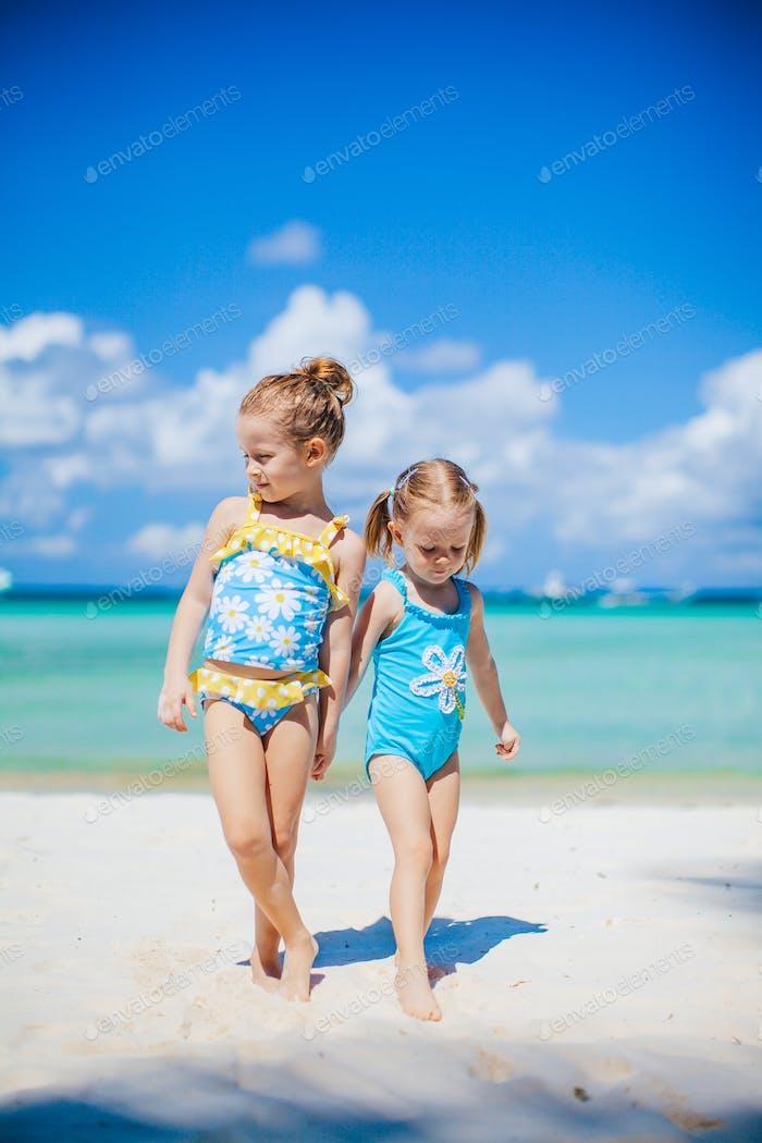 Entzückende kleine Mädchen, die Spaß am Strand haben