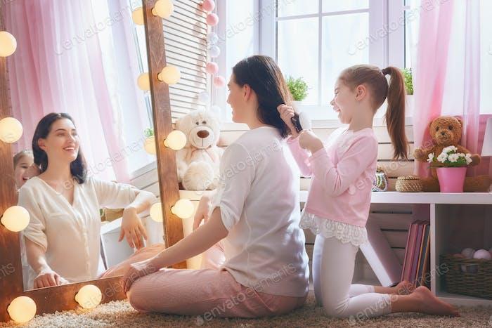 девушка расчесывает волосы ее матери