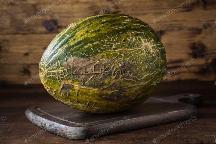 ganze Melone auf klassischem Holz