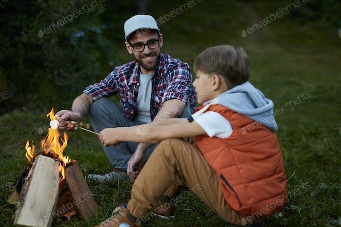 Vater und Sohn beim Picknick