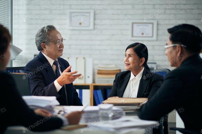 Anwälte diskutieren neuen Fall