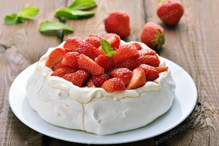 Pavlova Kuchen mit Erdbeere