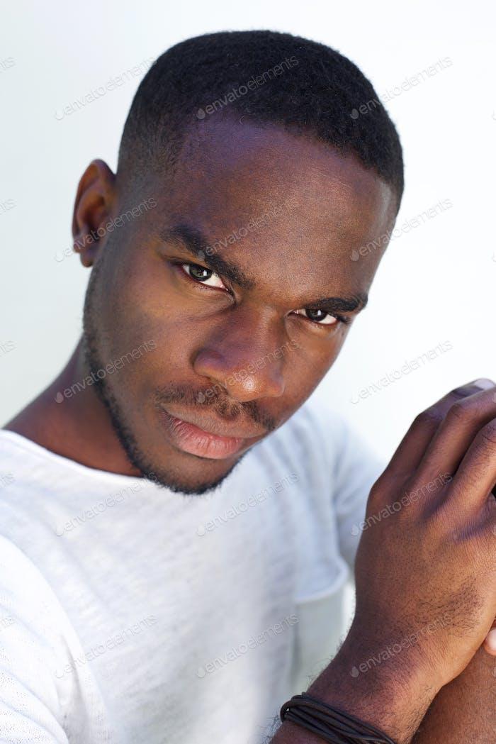 Ernsthaft aussehende afrikanische Mann