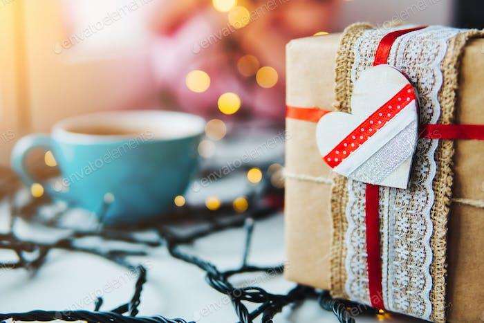 Geschenk ist auf dem Tisch