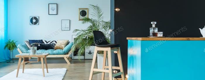 Monochromatisches blaues Wohnzimmer