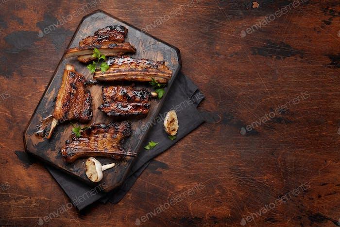 Barbecue Rinderrippen mit BBQ-Sauce in Scheiben geschnitten