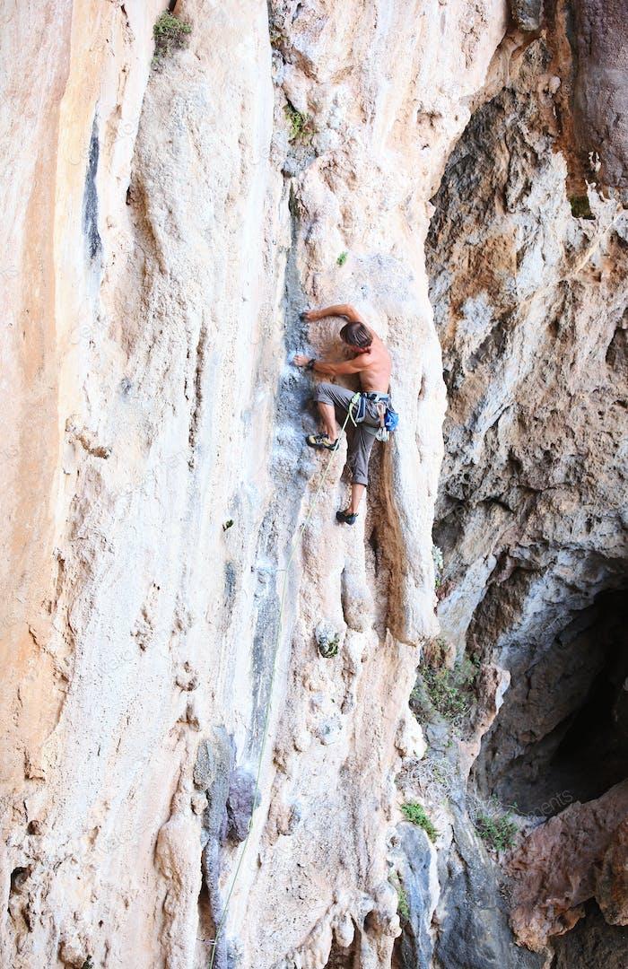 Kletterer auf einer Klippe