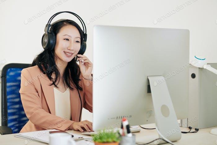 Lächelnder Betreiber der technischen Unterstützung