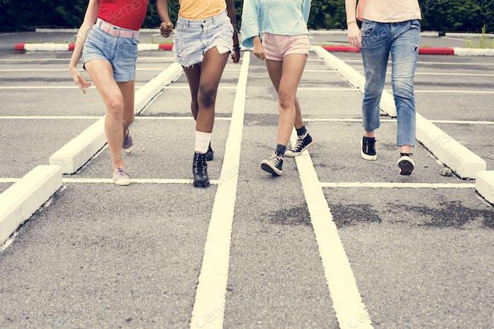 Gruppe von verschiedenen Frauen, die zusammen gehen