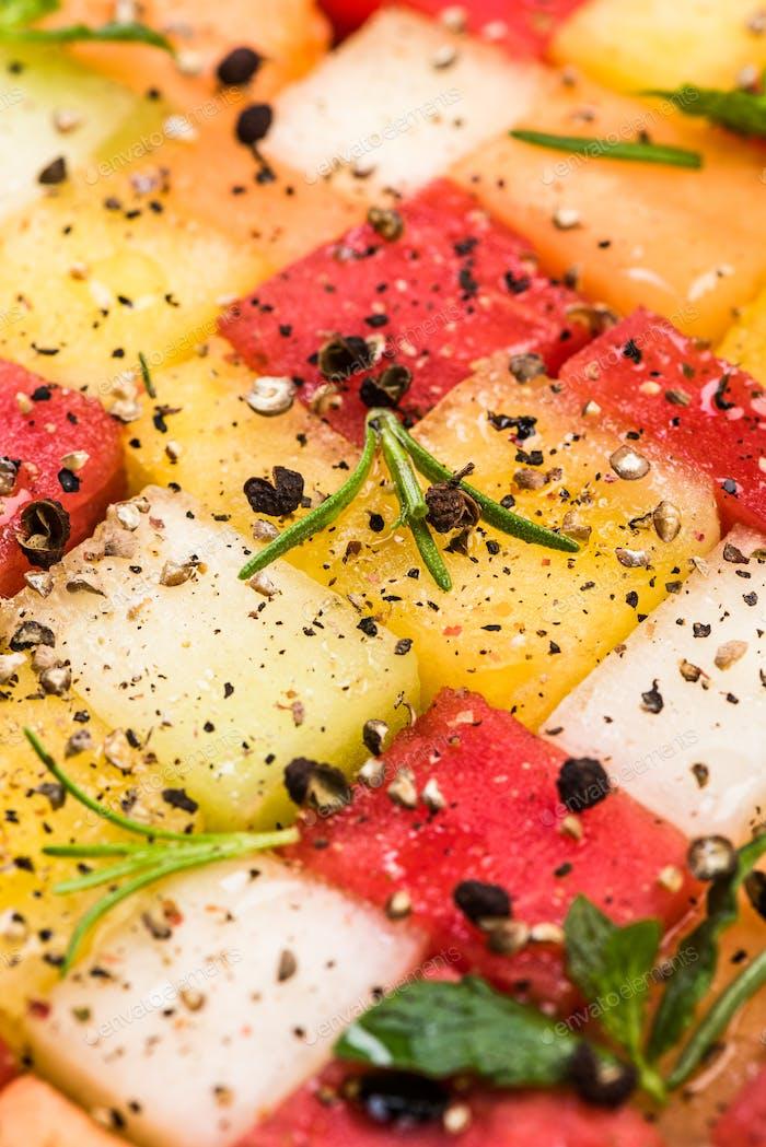 Wassermelone und Melone Würfel mit Kräutern und Gewürzen, Draufsicht, Crea