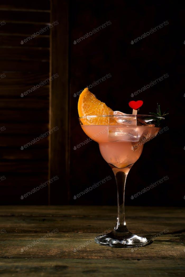Eiskalte Margarita Cocktails in Stielgläsern auf dunklem Holzbackgorund, Kopierraum