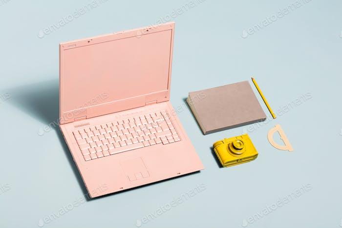 Equipo Minimalista de espacio de trabajo en colores pastel.