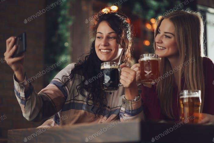 Chicas en pub