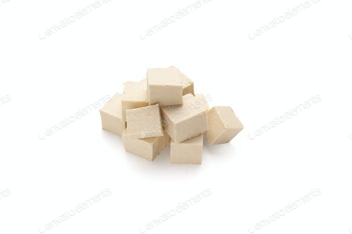 Würfel von Sojabohnen Tofu Käse, isoliert auf weiß