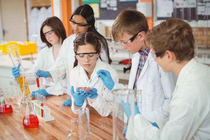Aufmerksame Schulkinder machen ein chemisches Experiment im Labor
