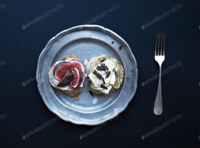 Mini sandwiches with figs, pears, soft goat cheese and camambert
