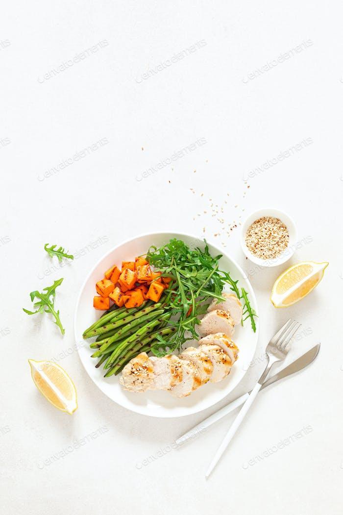 Gegrillte Hähnchenbrust, Filet mit Butternusskürbis oder Kürbis, grüne Bohnen und frischem Rucola Salat