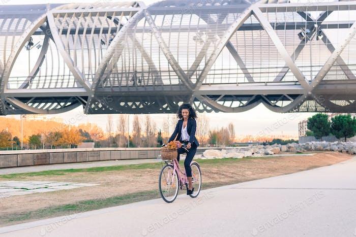 Business schwarze Frau Reiten ein Vintage-Fahrrad in der Stadt