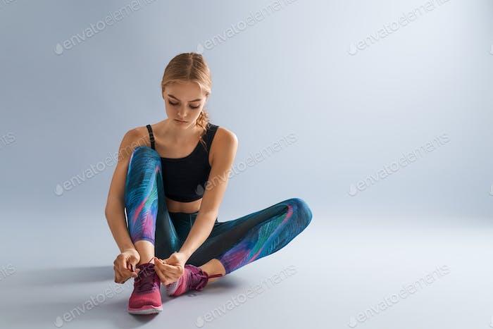Frau in modischer Sportbekleidung