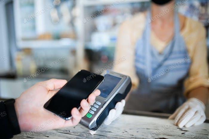 Kontaktloses Bezahlen mit Smartphone, Coffeeshop nach Lockdown geöffnet
