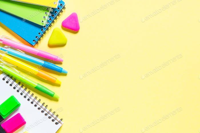 Schul- und Büroartikel auf gelbem Hintergrund