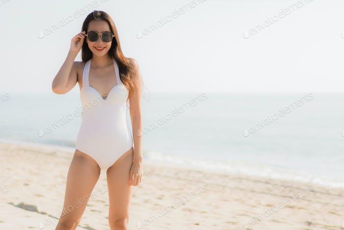 Vertical hermosa joven asiático Mujer Alegre y Sonrisa en el beac