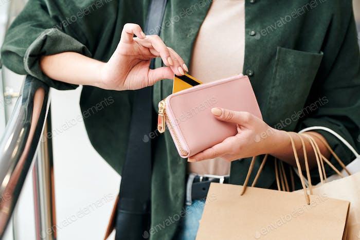 Kreditkarten aus der Geldbörse holen