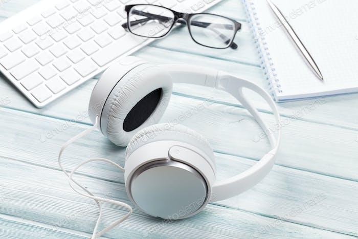Kopfhörer, Notizblock und PC