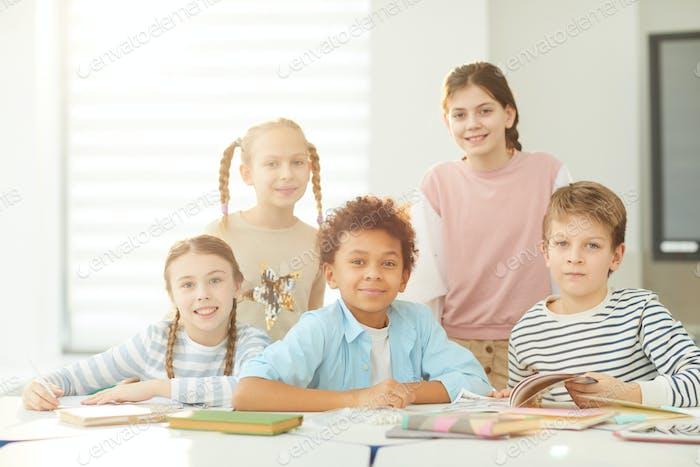 Fünf Schüler im Klassenzimmer