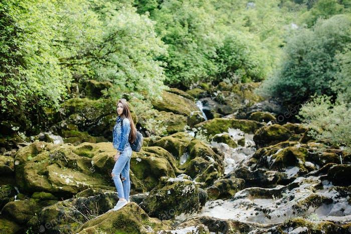 Frau mit Rucksack Reise Berg Fluss