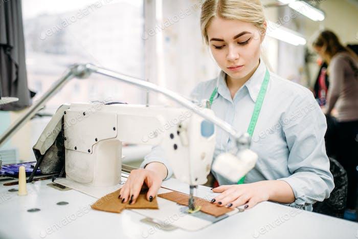 Needlewoman näht Stoffe auf einer Nähmaschine
