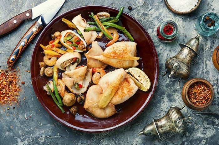 Tintenfisch gefüllt mit Gemüse