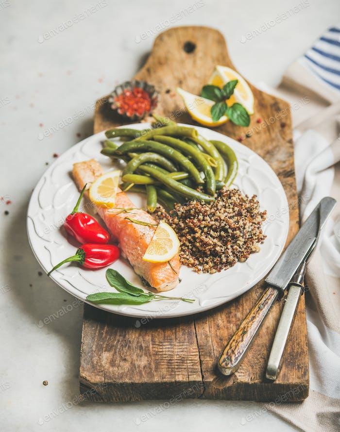 Gesunder proteinreicher Speiseteller mit Lachs und Quinoa
