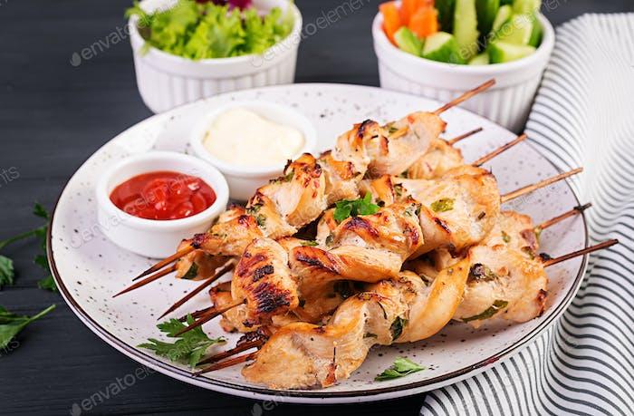 Huhn Schaschlik. Shashlik - gegrilltes Fleisch und frisches Gemüse.