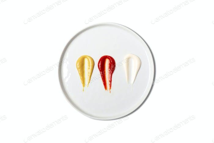 Saucen, einschließlich Ketchup, Senfmayonnaise auf weißem Teller