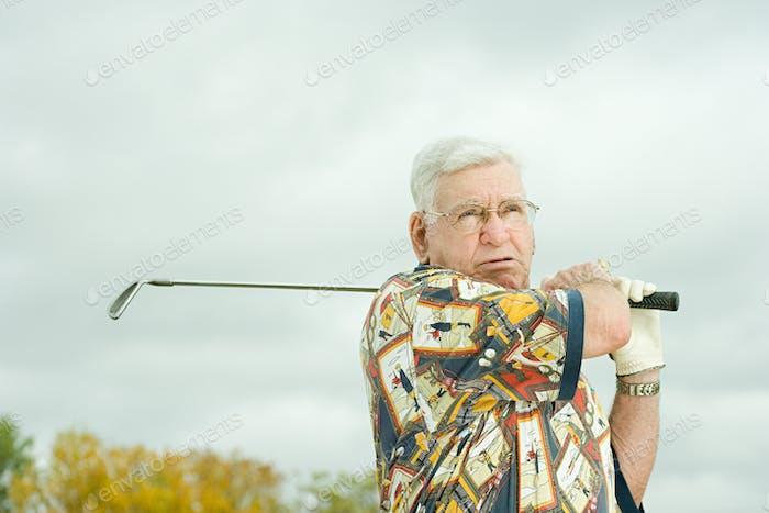 Senior Mann spielen Golf