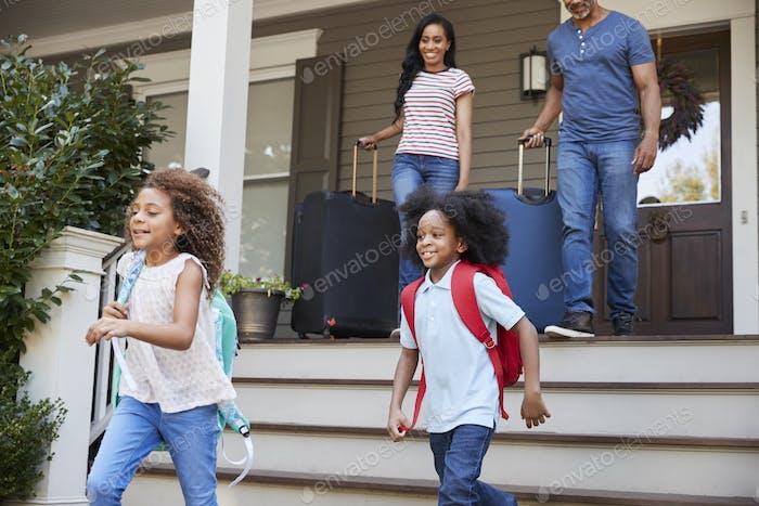 Familie Mit Gepäck Verlassen Haus Für Urlaub