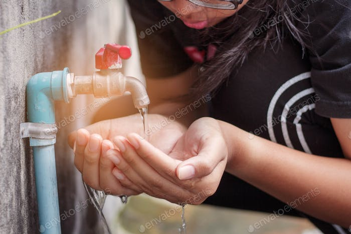 hands of watering the faucet