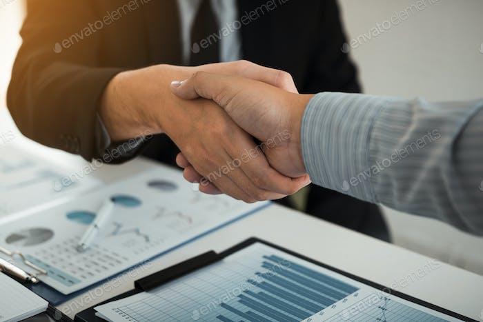 Asociación comercial dando la mano a la empresa firmante.