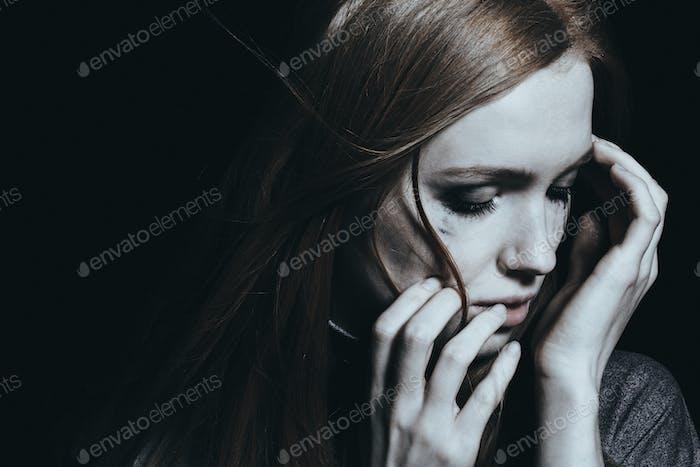 Frau mit Depression weinen