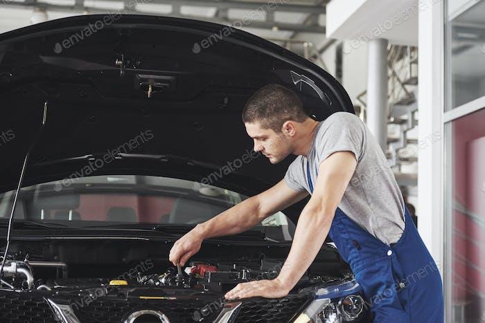 Automechaniker arbeiten in der Garage. Reparaturservice