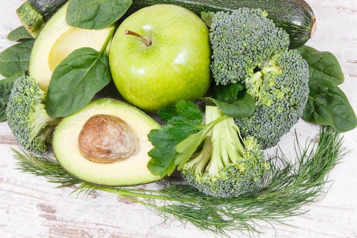 Natürliches grünes Obst und Gemüse als Quelle Vitamine und Mineralstoffe, gesundes Ernährungskonzept