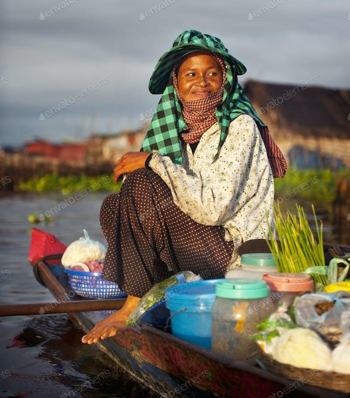 Местный камбоджийский продавец на плавучих рынках